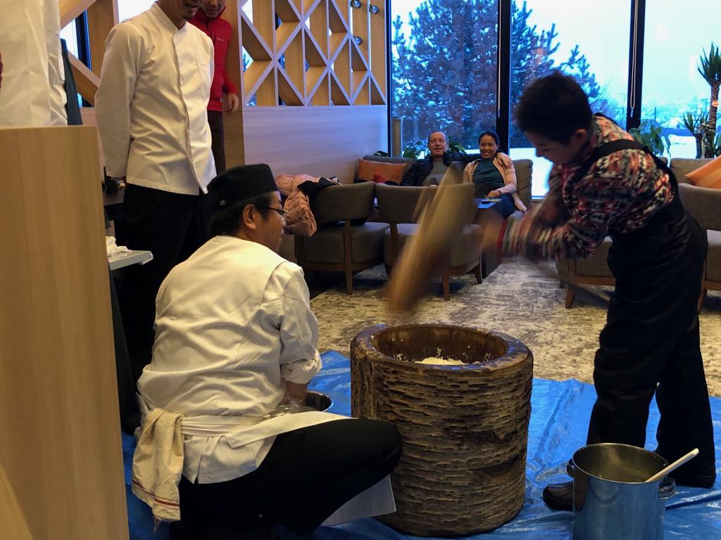 餅つき大会は海外からの宿泊ゲストに楽しんでいただけました。